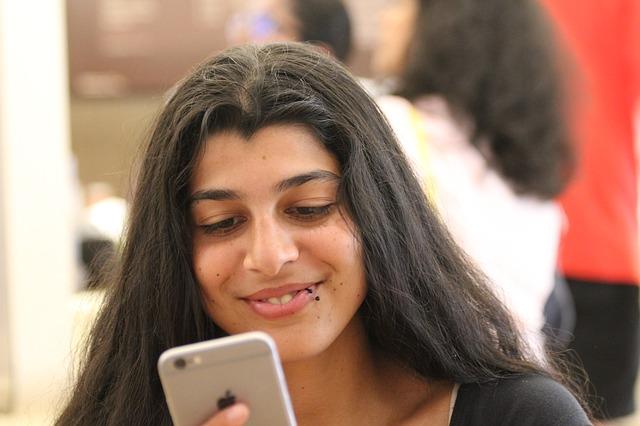 Dívka pracující s mobilem