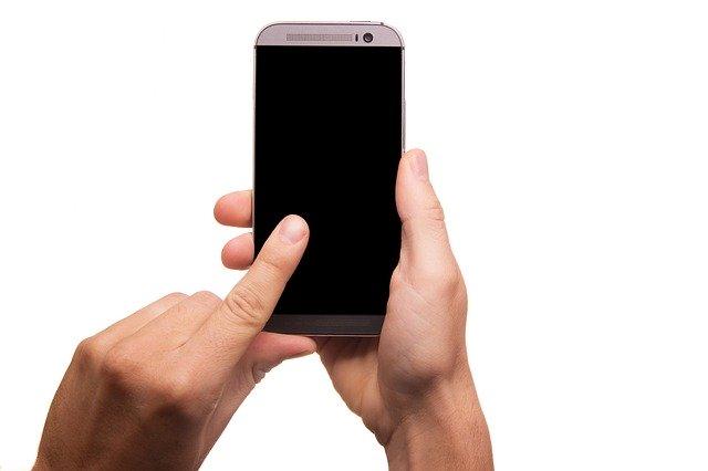 Mobilní telefon, ruce