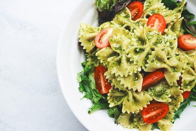Těstoviny, salát, pesto