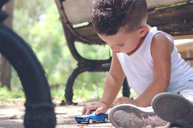 chlapeček hrající si s autíčkem